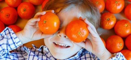 nino-con-mandarinas-ojos-p.jpg